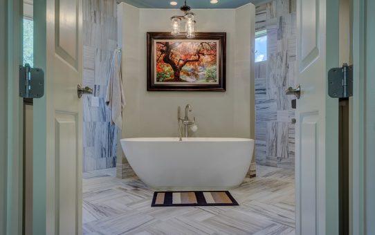 Ciekawa aranżacja łazienki z wykorzystaniem płytek patchwork